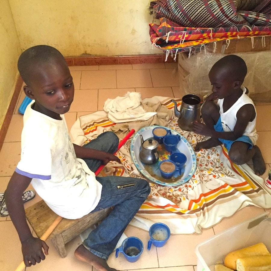 enfants africains le matin au petit déjeuner