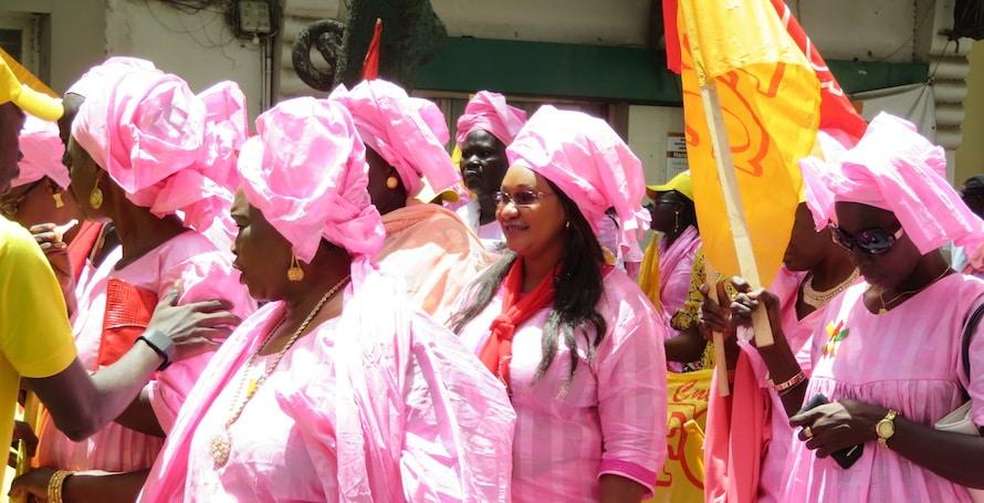 Femmes qui défilent à Dakar