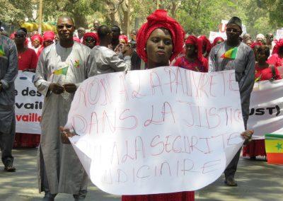 dakaroise manifestant contre la pauvreté