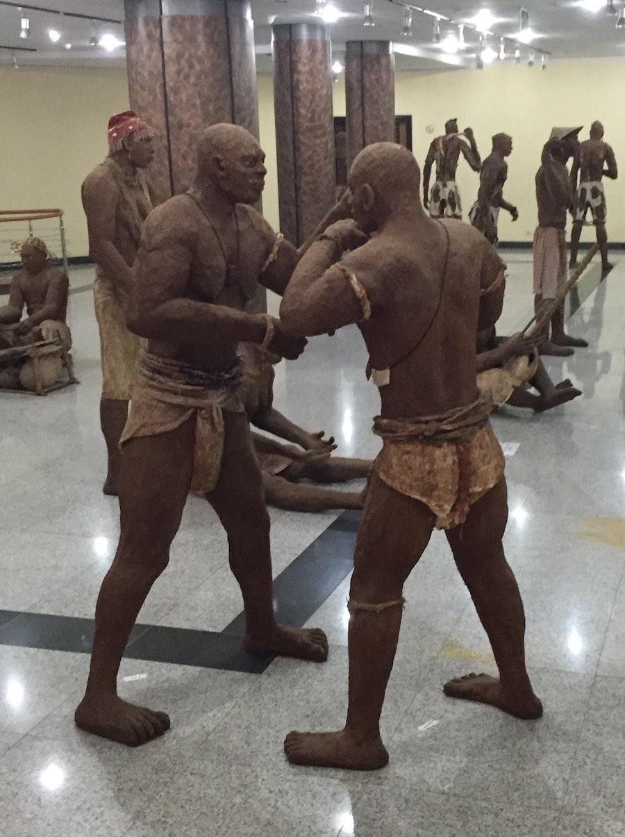 sculptures africaines au monument de la renaissance à Dakar