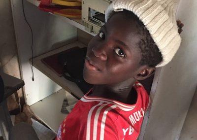 eleve africain sur son ordinateur