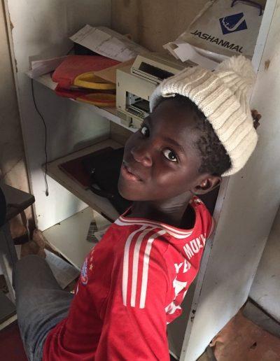 élève africain sur son ordinateur