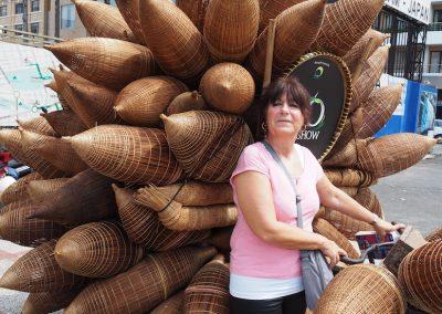 Brigitte et des bidons vietnamiens