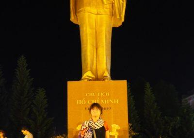 devant la statue de Hô Chi Minh à Canto