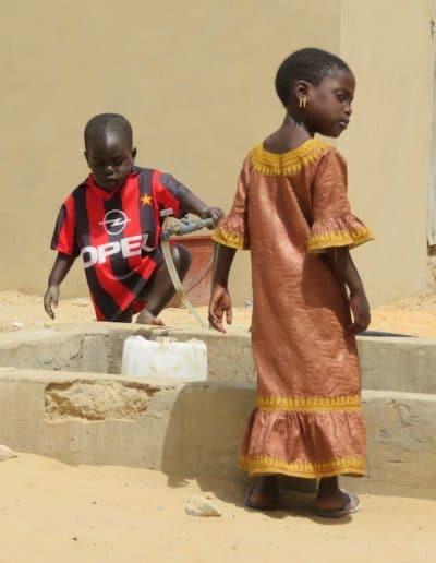 enfants de Ndande dans la cour