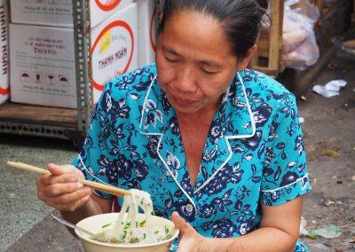 Repas sur le trottoir de Hô Chi Minh.