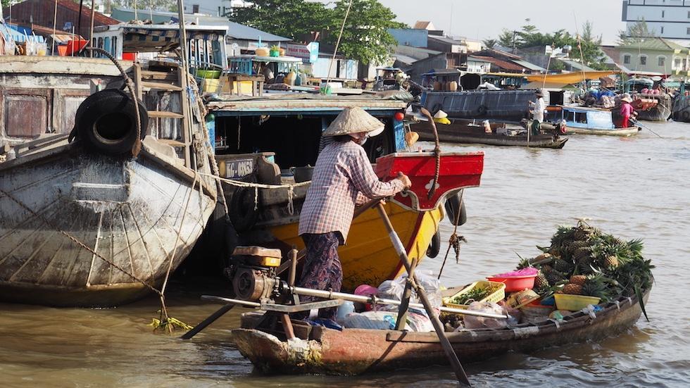 Vendeur de fruits s'apprêtant à écouler ses produits