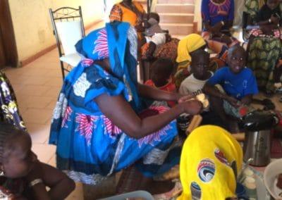 repas avec les femmes et les enfants à Ndande