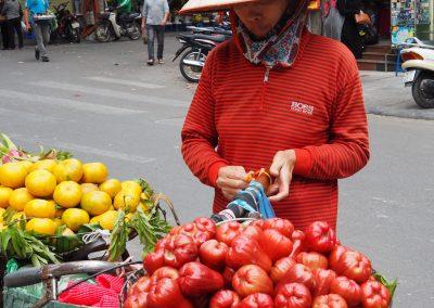 vendeuse de fruits et légumes dans un quartier de Hanoï