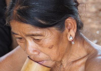 villageoise et sa pipe en bambou