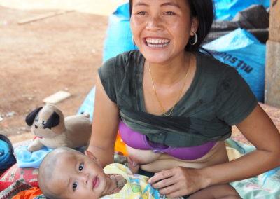 jeune maman et son bébé dans un village du plateau de Boloven