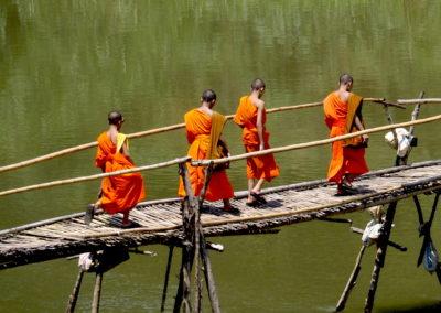 des moines bouddhistes sur le pont de bambou