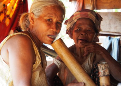 femmes Katu fumant la pipe en bambou