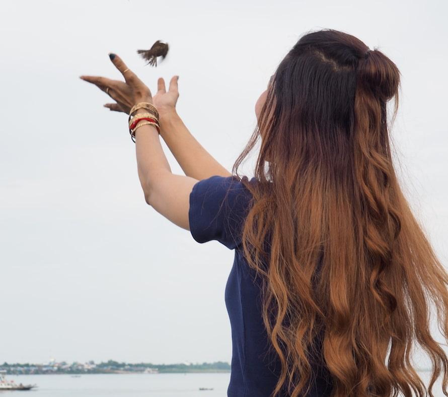 rituel bouddhiste du lâcher d'oiseau