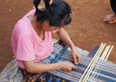 femme Katu tissant une écharpe