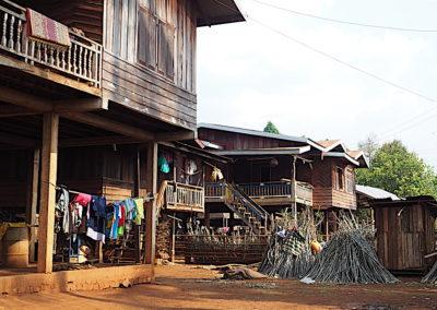 habitations dans un village du plateau de Boloven