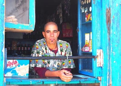 Un épicier dans sa boutique à essaouira