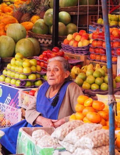 marchande de fruits et légumes au marché de Sucre
