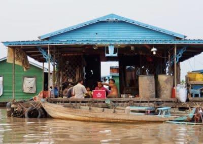 habitants du village flottant de Kampong Chhnang