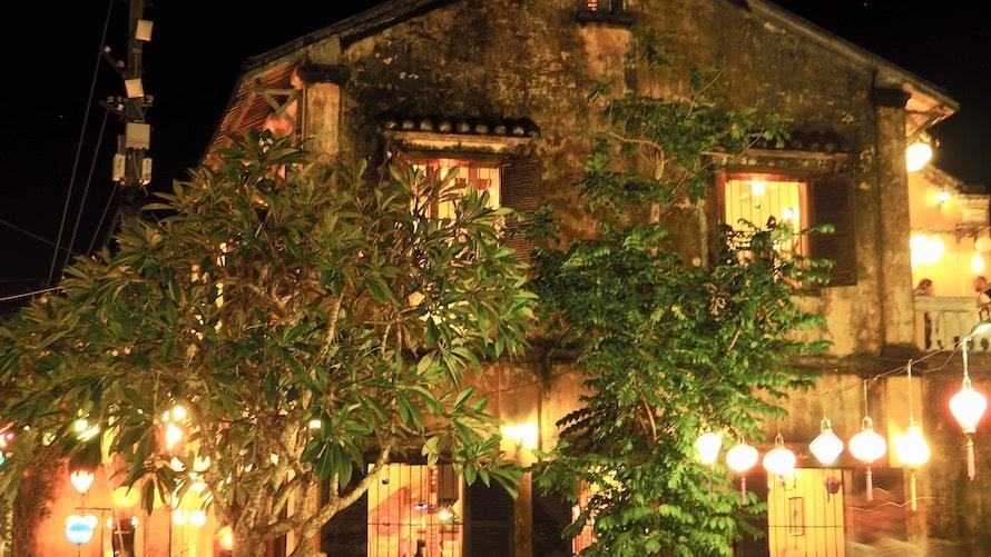 façade illuminée à Hoi An