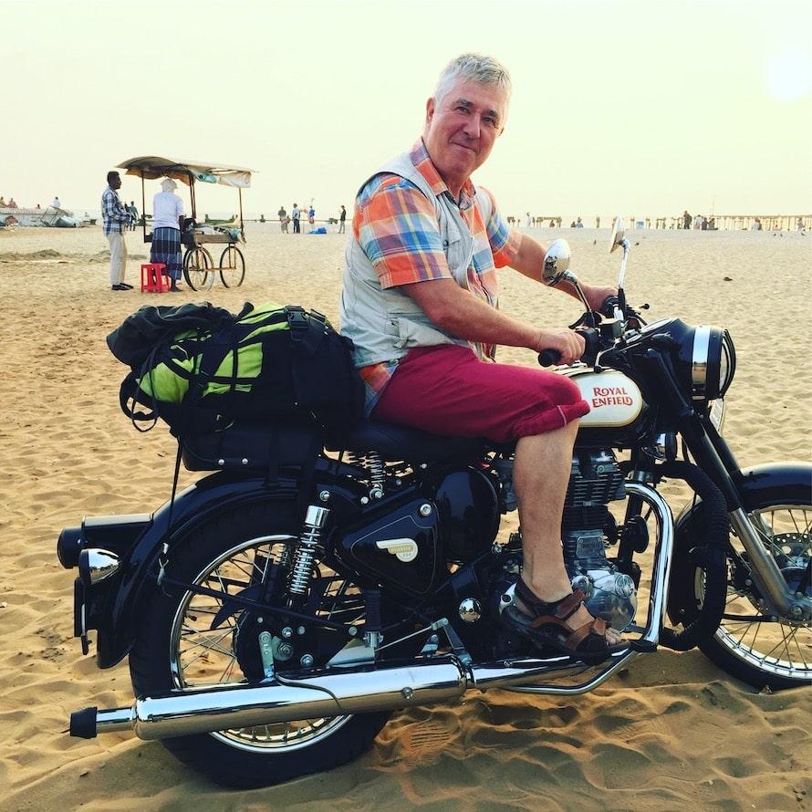 En Royal Enfield sur une plage du Kerala