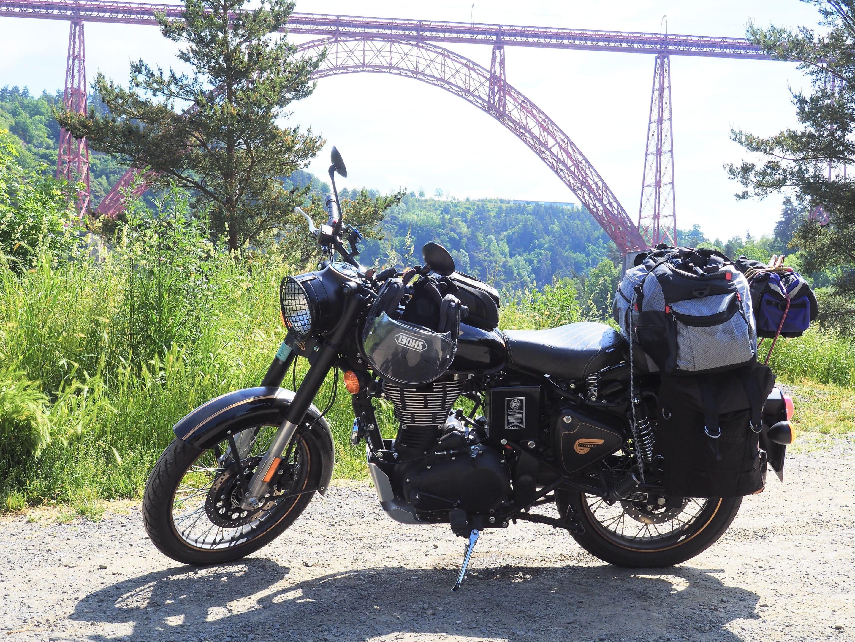 la moto devant le viaduc de garait